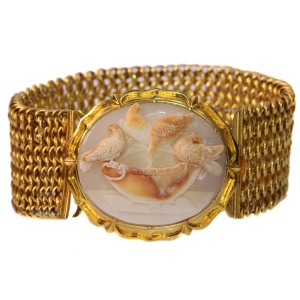 Magnificent antique cameo bracelet with presentation of so-called Doves of Pliny
